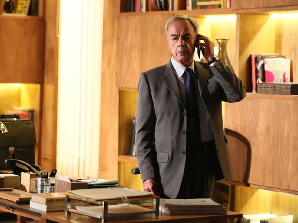 Merival (Roberto Pirillo) causa suspeita ao atender a ligação de José Alfredo (Alexandre Nero) - 'Império' — Foto: Isabella Pinheiro/Globo