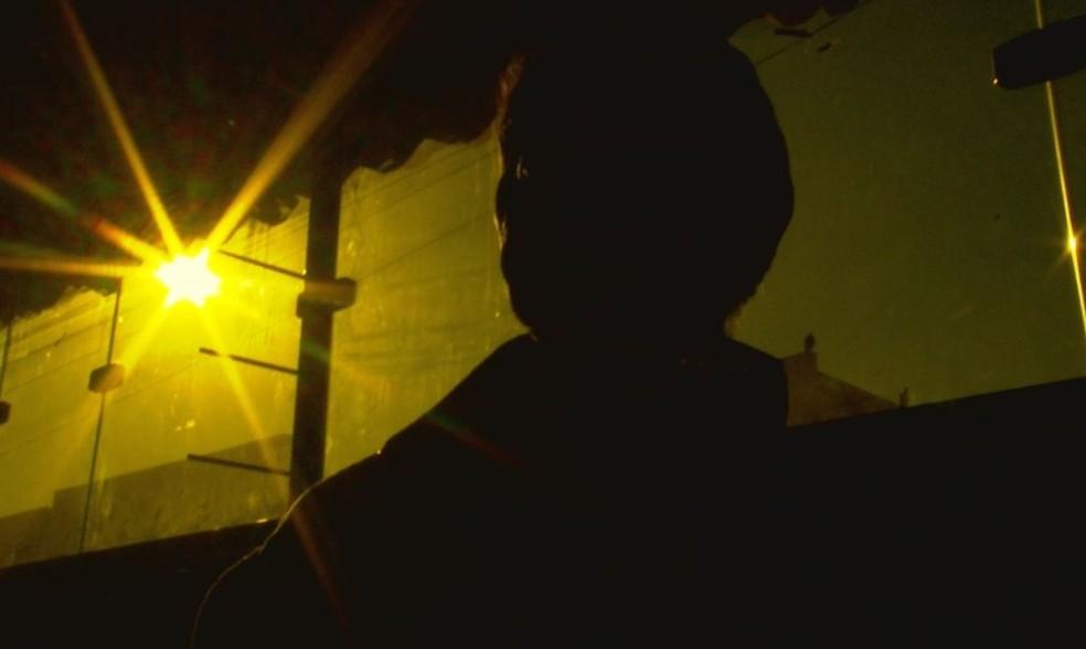 Morador acompanhou os tiros do quintal de casa e recolheu as cápsulas  (Foto: TV TEM / Reprodução )