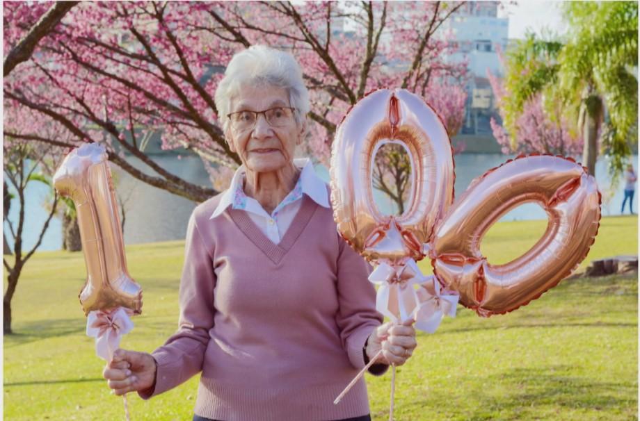 Idosa comemora aniversário de 100 anos com ensaio fotográfico junto às cerejeiras, no Paraná: 'Felicidade'