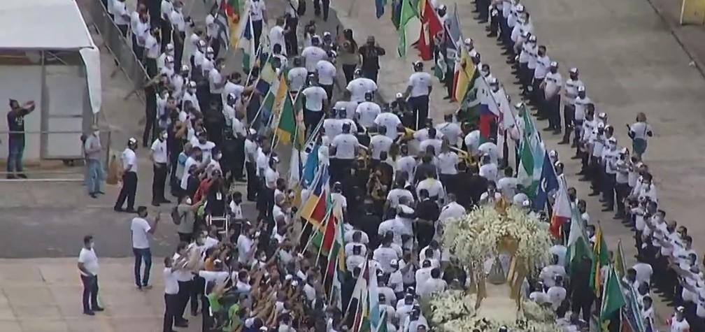 Berlinda com imagem de Nossa Senhora de Nazaré sendo levada para a praça Santuário, em Belém — Foto: TV Liberal/Representação