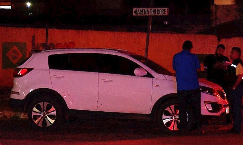 Carro da família de Benes Leocádio foi atingido por vários tiros durante o confronto. Dentro do veículo estava o filho dele, feito refém pelos assaltantes (Foto: Inter TV Cabugi/Reprodução)
