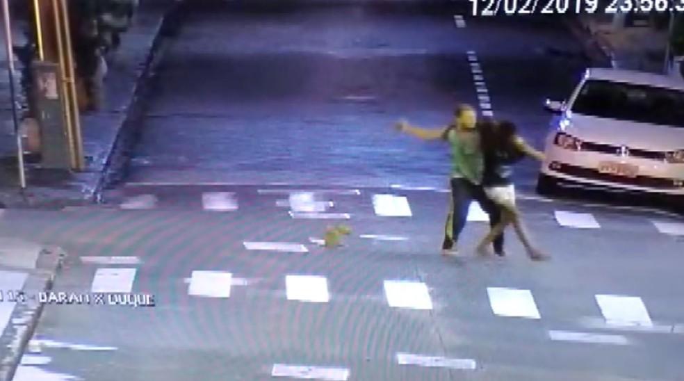 Mulher é agredida em cruzamento no Centro de Ribeirão Preto, SP — Foto: Olhos de Águia/Polícia Militar