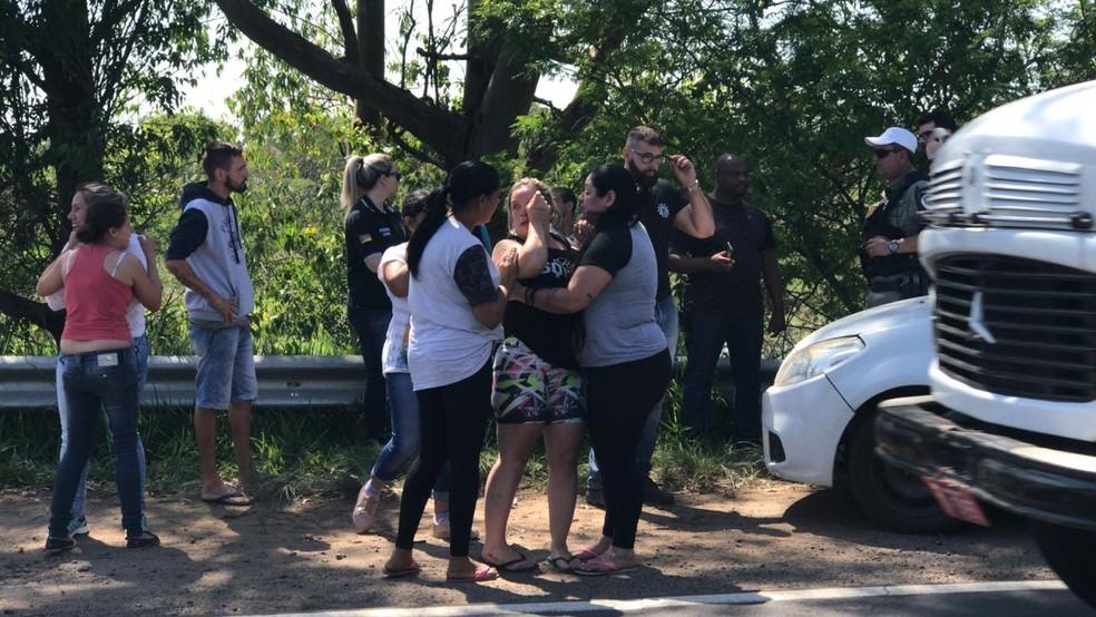 Familiares reconheceram o corpo de Eduarda — Foto: Bernardo Bortolotto/RBS TV