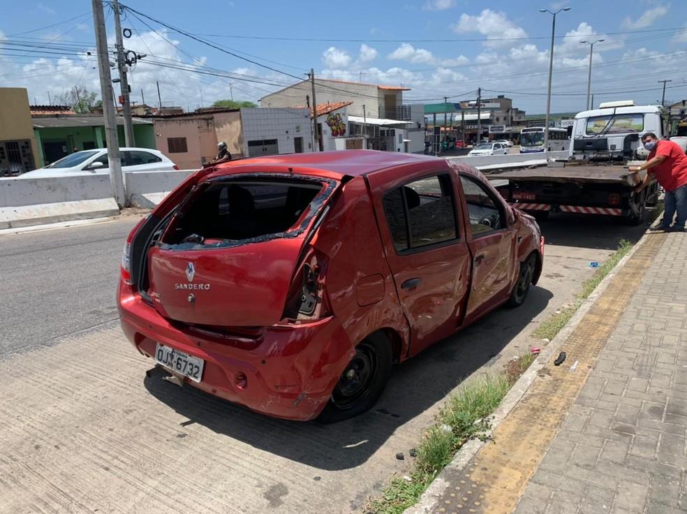Carro que capotou várias vezes após pneu estourar tinha sido comprado uma semana antes e não tinha seguro. — Foto: Anna Alyne Cunha/Inter TV Cabugi