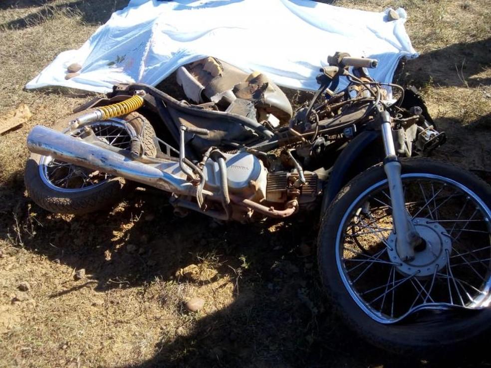 Uma adolescente morreu e uma jovem ficou ferida em colisão entre moto e ônibus escolar — Foto: Divulgação/ Polícia Militar