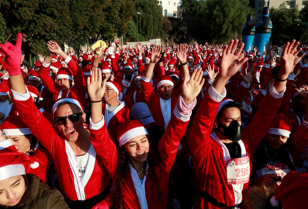Multidão fantasiada de Papai Noel se prepara para corrida na Cidade do México — Foto: Henry Romero/Reuters