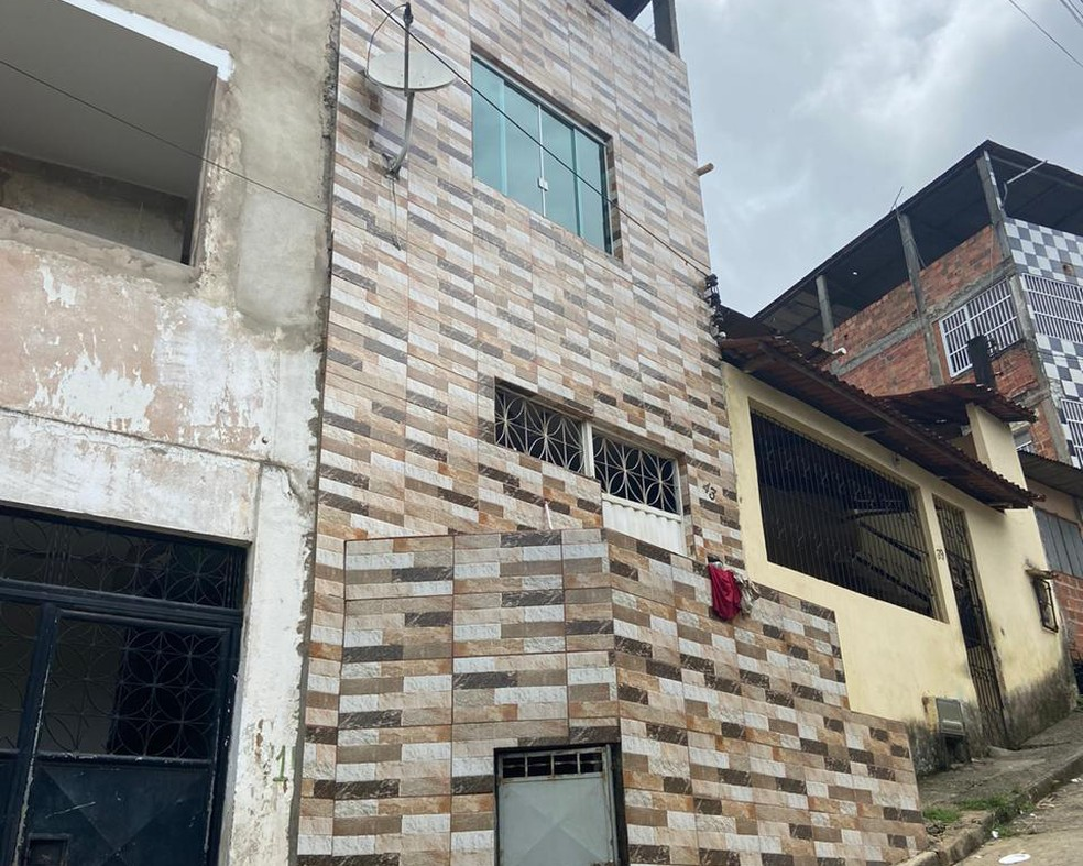 Mulher foi morta dentro de casa, no bairro de Pirajá — Foto: Victor Silveira/TV Bahia