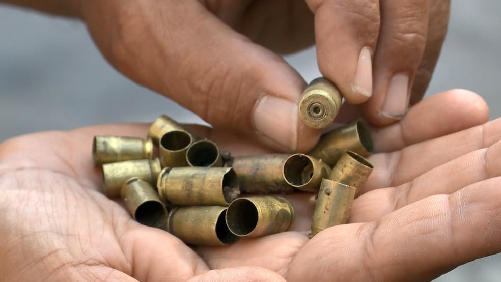 Morador segura balas disparadas por criminosos em bairro de Vitória— Foto: Reprodução/TV Gazeta