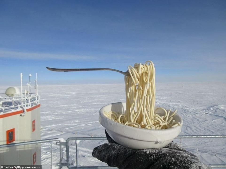 Não dizem que italiano come massa fria? (Foto: Cyprien Verseux/Twitter)