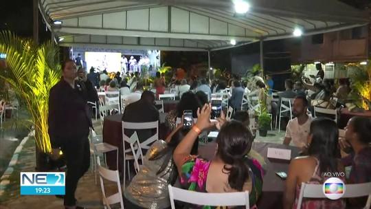 Casais LGBT participam de cerimônia conjunta de casamento com show de Fafá de Belém no Recife