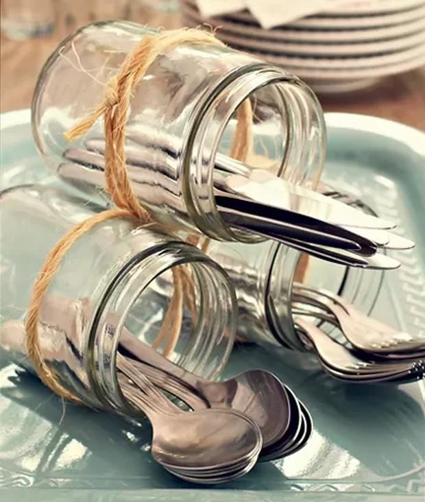 Vidros amarrados com ráfia acomodam talheres num serviço à americana (Foto: Foto Rogério Voltan • Realização Cláudia Pixu • Produção Ellen Annora)