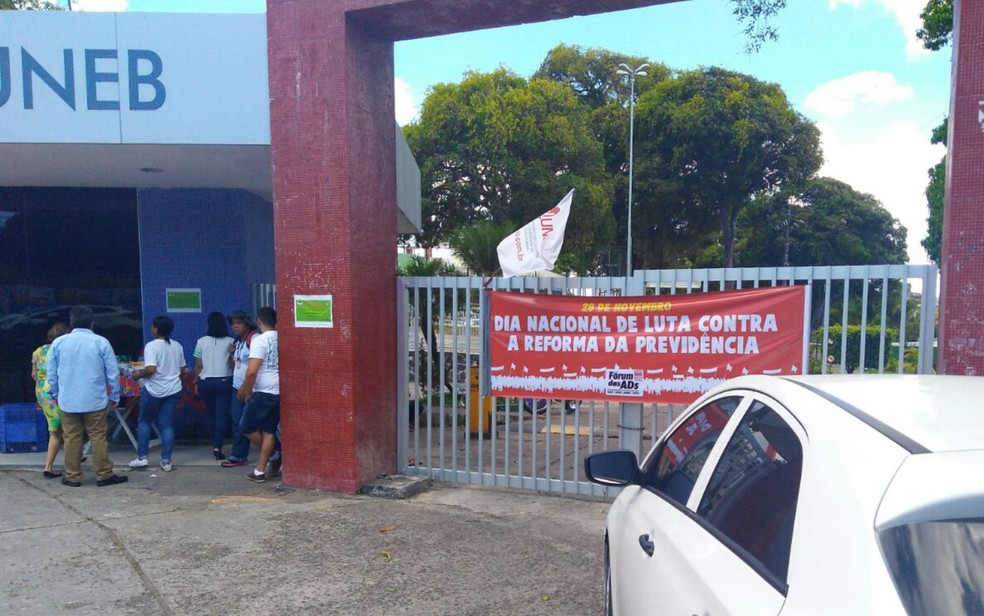 Na Uneb os docentes panfletaram com os portões fechados (Foto: Murilo Bereta/Aduneb)
