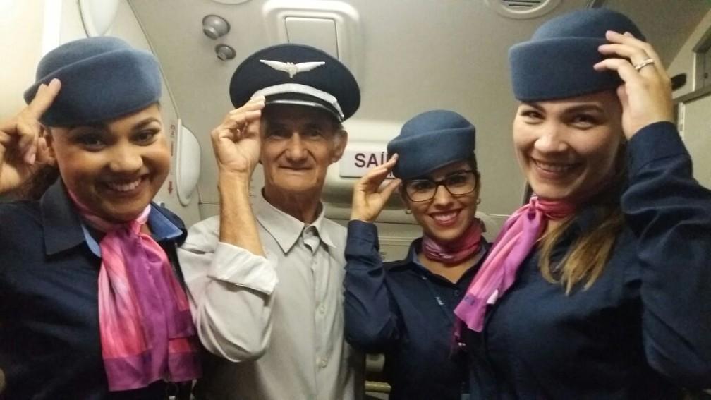 Entre as comissárias de bordo, Geraldo diz ter se sentido uma celebridade  (Foto: Geraldo Araújo / Arquivo pessoal)