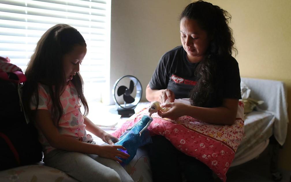 Imigrante da Guatemala identificada apenas como Heydi e sua filha, Mishel, de 6 anos, são vistas no abrigo Annunciation House, em El Paso, após serem reunidas na quinta-feira (26), depois de quase dois meses de separação (Foto: Joe Raedle/Getty Images/AFP)