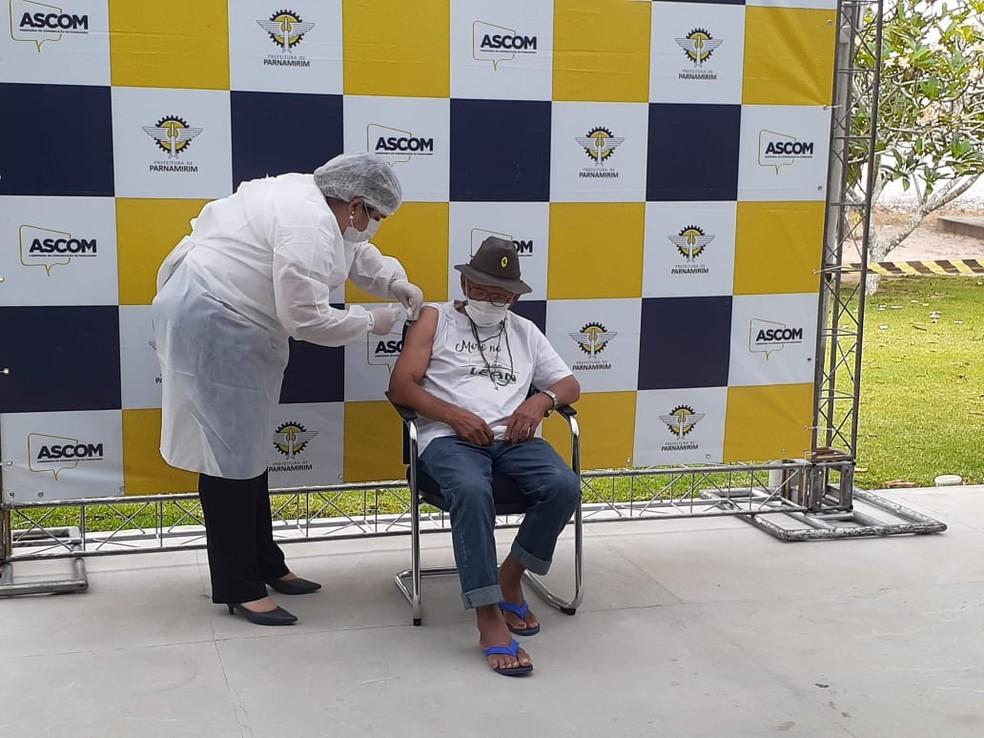 Idosos do Lar Espírita Alvorada Nova (Lean) são os primeiros vacinados de Parnamirim — Foto: Julianne Barreto/Inter TV Cabugi