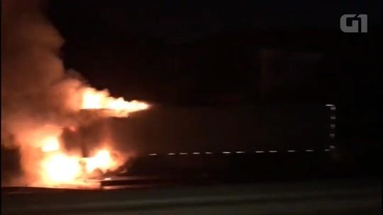 Caminhão pega fogo na BR-277, em Curitiba, após acidente