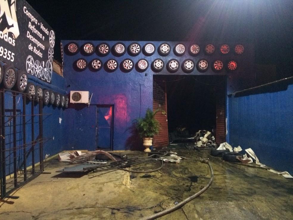 Segundo os bombeiros, o incêndio atingiu uma loja que fica na Avenida Couto Magalhães (Foto: Corpo de Bombeiros de MT/Assessoria)