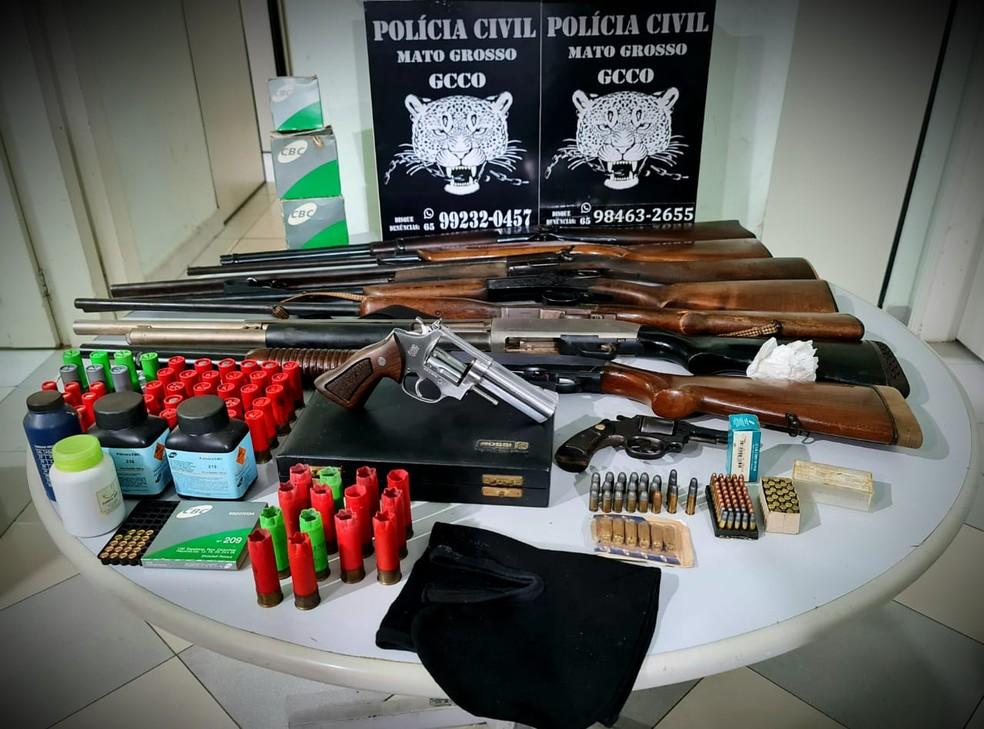Foram recuperados mais de seis mil litros de defensivos agrícolas, além da apreensão de nove armas e diversas munições — Foto: Polícia Civil de Mato Grosso