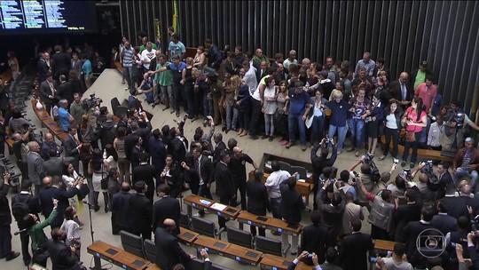Grupo invade Câmara dos Deputados e pede intervenção militar