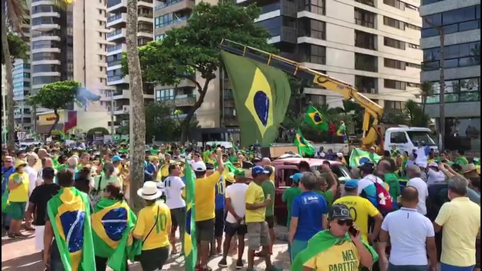 Centenas de pessoas se reúnem na Avenida Boa Viagem, na orla do Recife, em manifestação contra o Congresso e o STF — Foto: Reprodução/TV Globo
