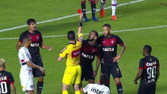Após expulsão de Yago, jogadores do Vitória acusam árbitro de má fé