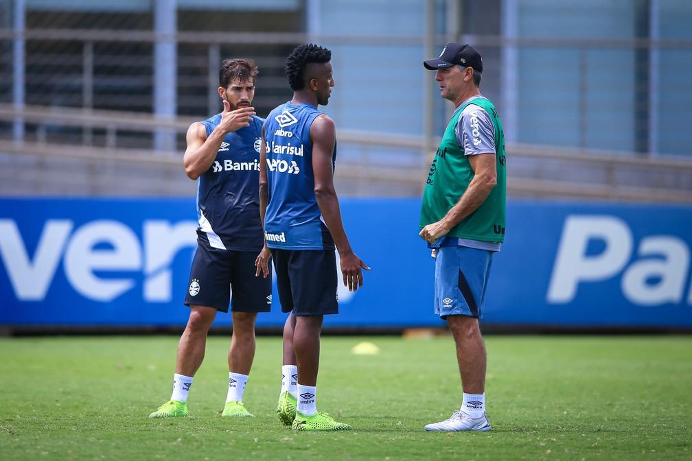 Cortez e Renato Gaúcho em treino do Grêmio — Foto: Lucas Uebel/Grêmio