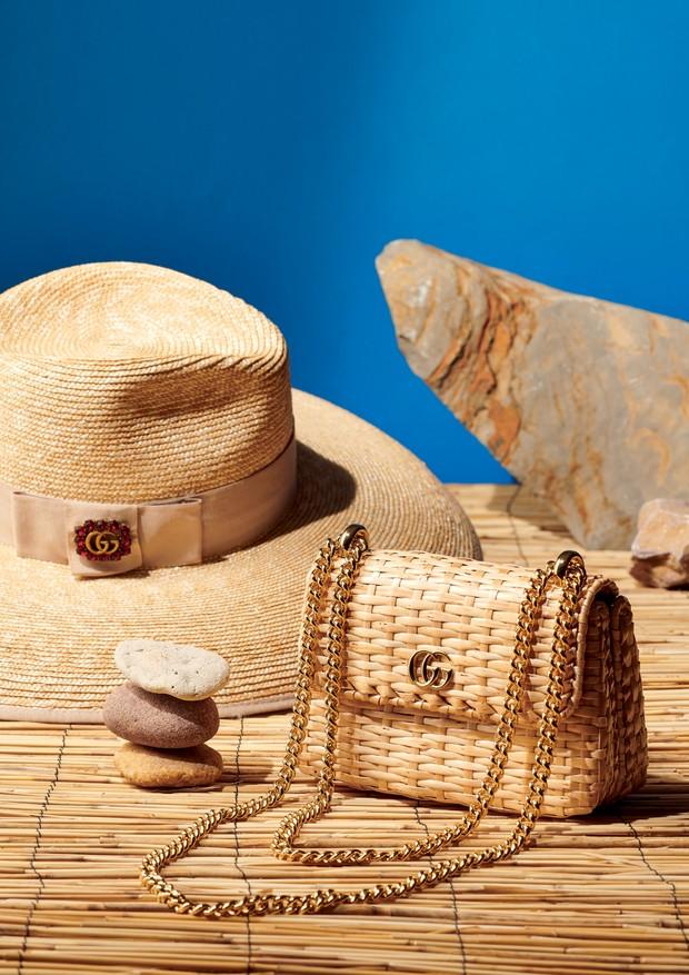 Gucci R$ 7.350 (bolsa) e R$ 3.000 (chapéu) (Foto: Xico Buny)