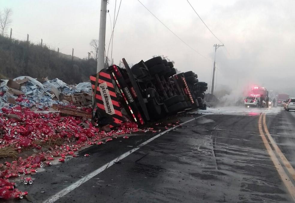 Carga de cerveja se espalhou pela pista e PM foi ao local para evitar saques (Foto: Divulgação/Corpo de Bombeiros)