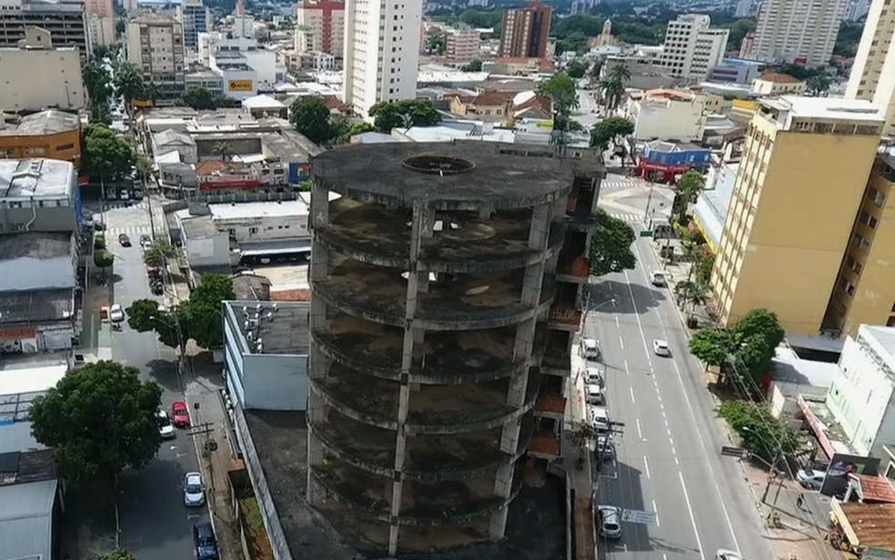 Prédio abandonado é alvo de investigação da Dema (Foto: Reprodução/TV Anhanguera)