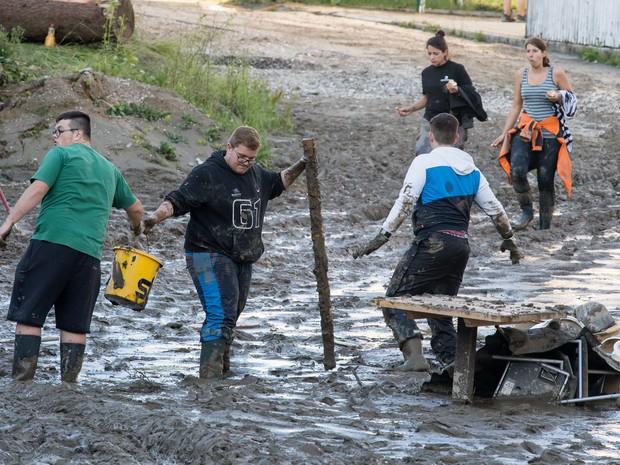 Ainda há muita lama nas ruas em Simbach (Foto: Peter Kneffel/DPA/AP)