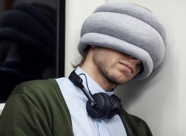 Outra versão ótima para viagens cobre os olhos e serve de apoio acolchoado para a cabeça (Foto: Ostrichpillow/ Reprodução)