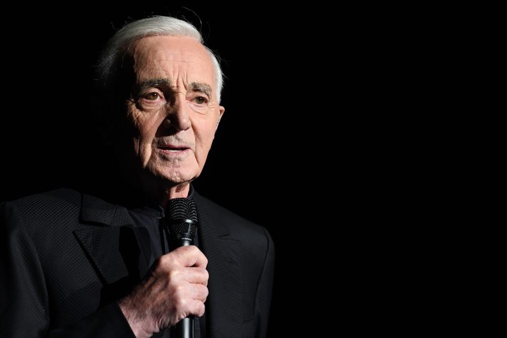 Charles Aznavour durante apresentação em Paris, em dezembro de 2017 — Foto: Eric FEFERBERG / AFP