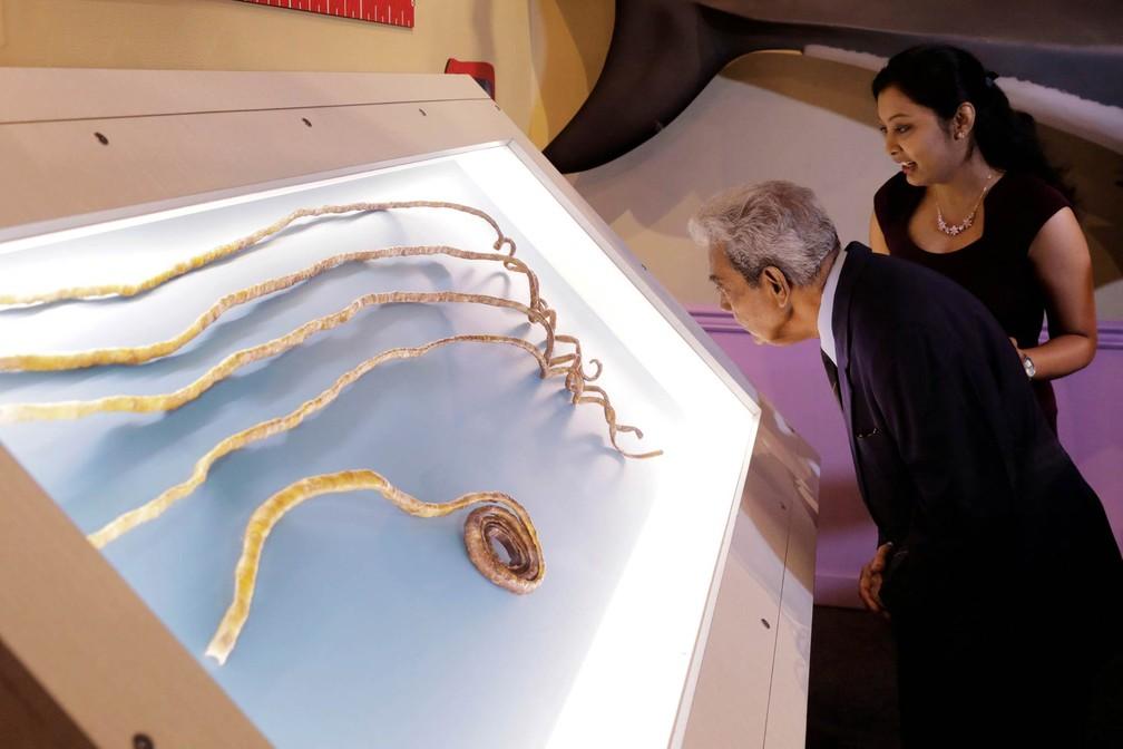 O indiano Shridhar Chillal, que detinha o recorde de maiores unhas do mundo após cultivá-las por 66 anos, observa suas enormes unhas cortadas expostas no Museu Ripley Acredite Se Quiser ('Believe It or Not') em Nova York (Foto: Lucas Jackson/Reuters)
