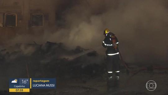 Incêndio atinge galpão, em Contagem, na Grande BH