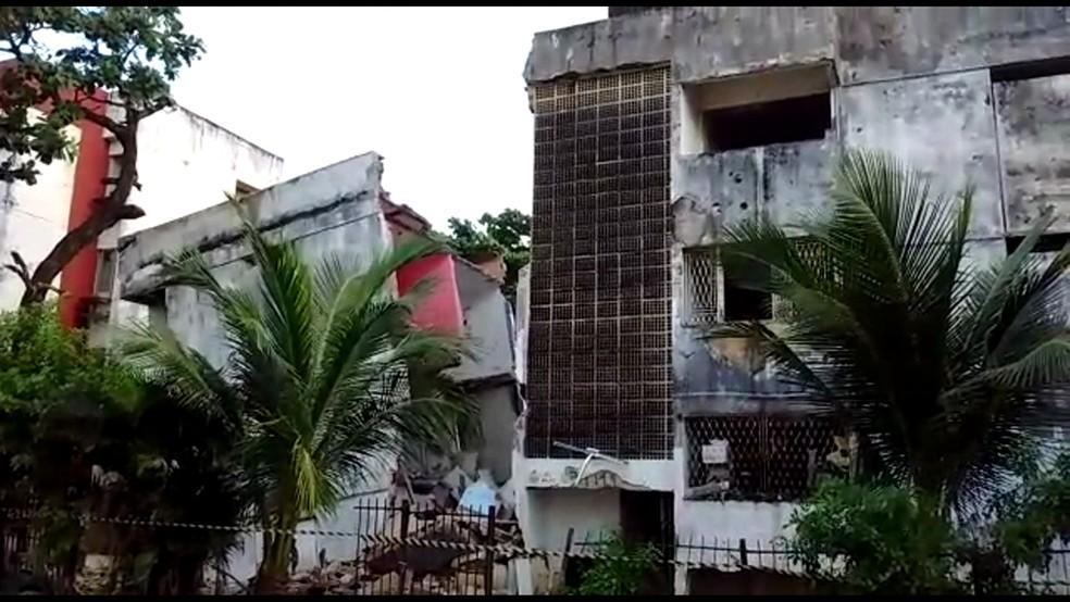 Prédio está escorado em edificação vizinha e foi isolado pela Defesa Civil (Foto: Reprodução TV Globo)
