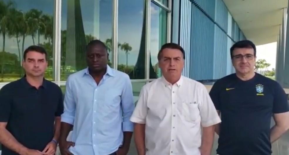 Em vídeo, Bolsonaro aparece ao lado do senador Flávio Bolsonaro, do deputado federal Hélio Lopes e do ministro das Relações Exteriores, Carlos Alberto França.  — Foto: Reprodução/Redes Sociais