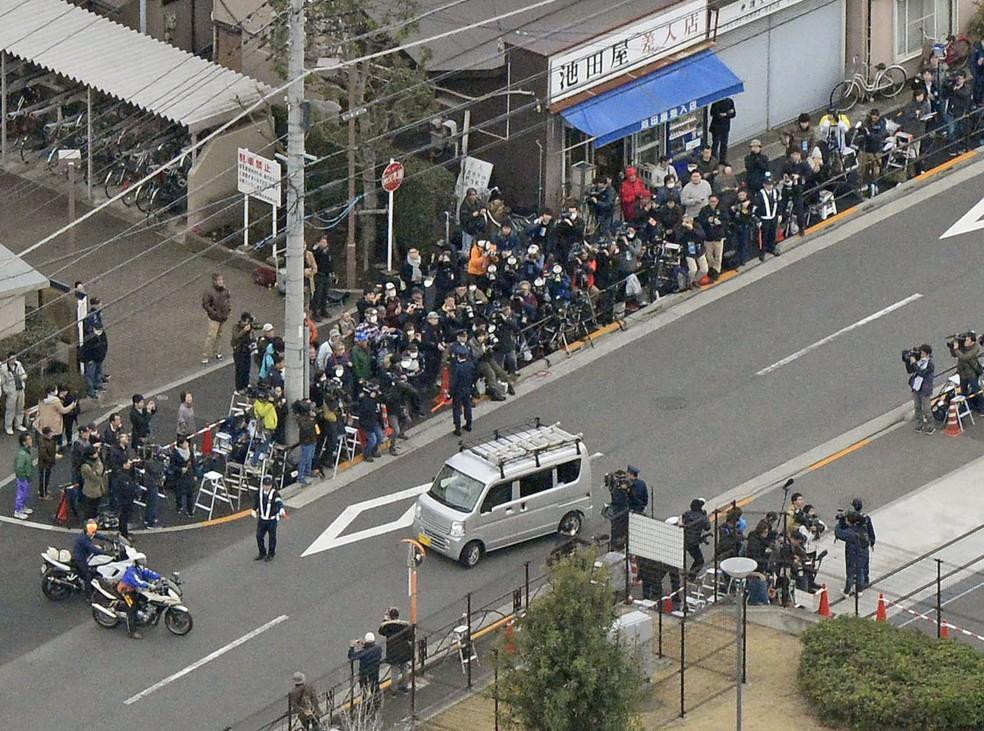 Casa de Detenção do bairro de Kozuge, em Tóquio, cercada por pessoas à espera de Carlos Ghosn — Foto: Kyodo/Reuters