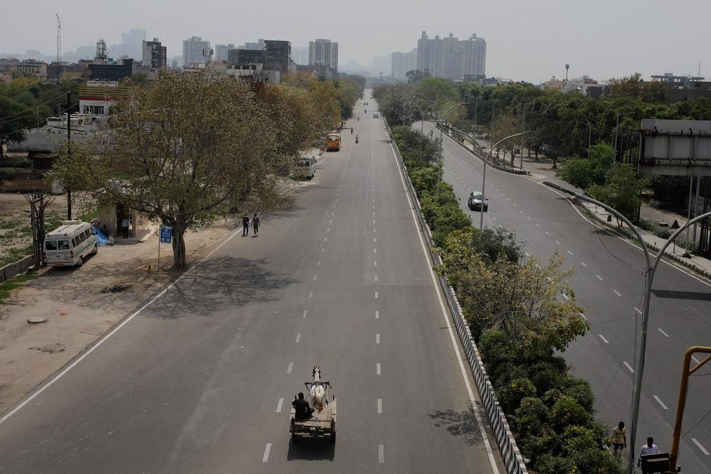 NOVA DÉLHI (Índia) - Uma carroça é vista em uma estrada vazia durante um bloqueio em meio a preocupações crescentes com o novo coronavírus em Noida, nos arredores de Nova Délhi, na Índia, nesta terça-feira (24) — Foto: Altaf Qadri/AP