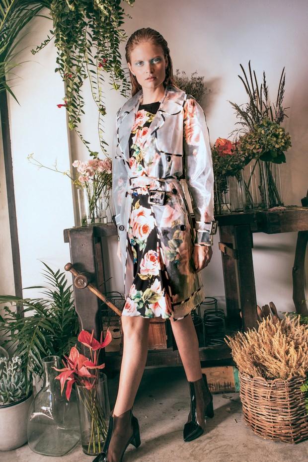 Nathalia Oliveira usa trench coat, R$ 778, Eva; vestido, R$ 9.400, Dolce & Gabbana; bota, R$ 180, Heloisa Faria para Passarela; e brincos, R$ 13.170, Carla Amorim (Foto: Tauana Sofia)