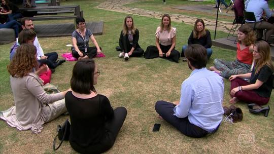 Grupo aproveita intervalo do trabalho para meditar