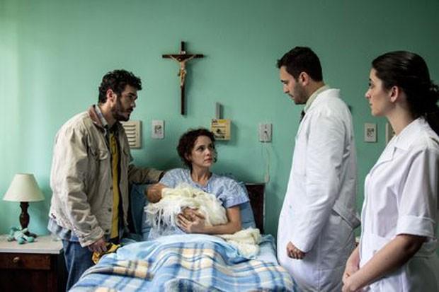 Marcus Veras (à esquerda) e Débora Falabella (ao centro) em cena de 'O filho eterno' (Foto: Rosano Mauro/Divulgação)