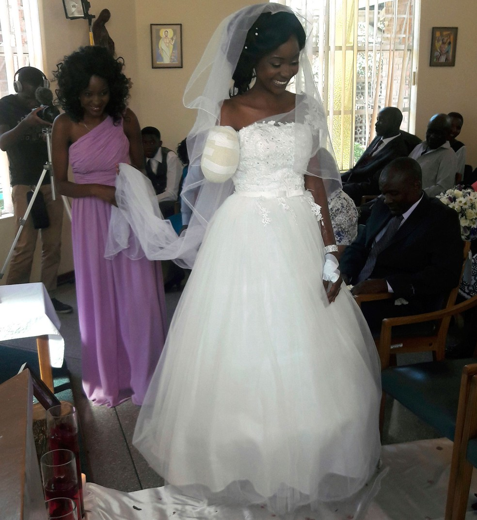 Zenele Ndlovu caminha até o altar na capela do hospital no dia de seu casamento com Jamie Fox, em Bulawayo, no Zimbábue, no sábado (5) (Foto: AP Photo)