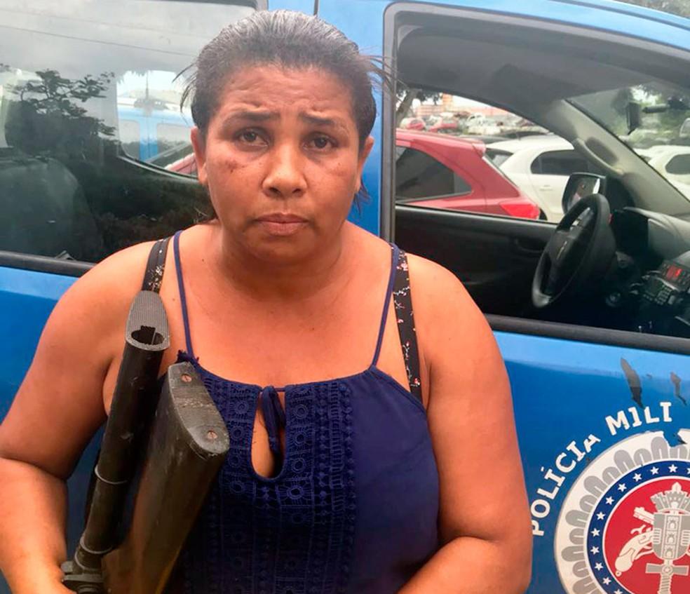 Mulher foi presa com armas e munições (Foto: Divulgação/SSP-BA)