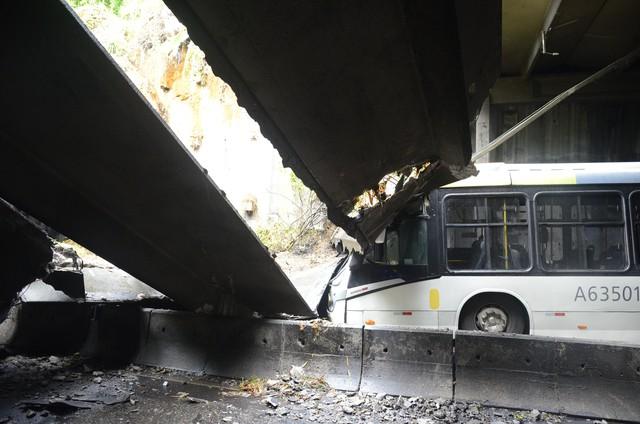 Para a prefeitura, foi o lixo despejado por um empresário que provocou o desabamento no túnel