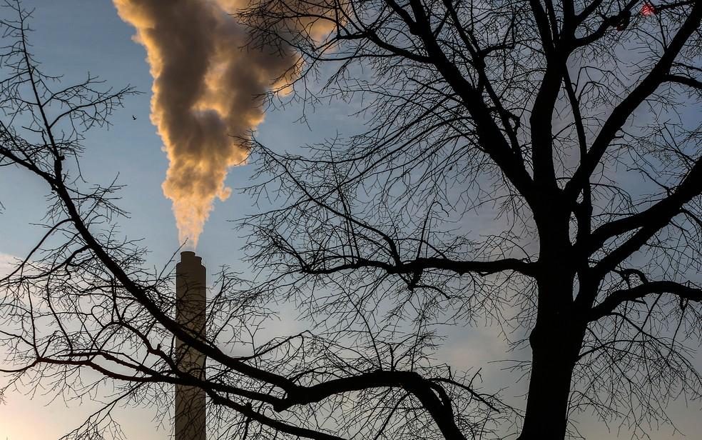 Indústria de processamento de lixo libera fumaça no meio ambiente em Bruxelas em foto de arquivo — Foto: Reuters/Yves Herman