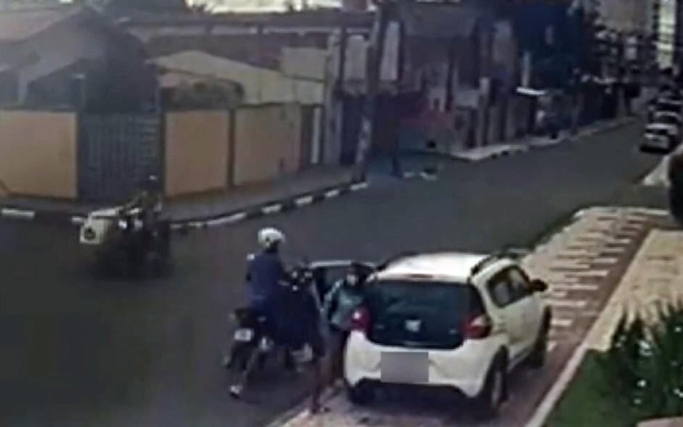 Dupla em moto assaltou mulher que estava saindo de carro — Foto: Reprodução/TV Bahia
