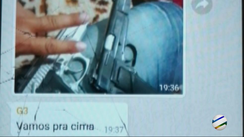 Mensagem mostra criminoso com armas que seriam usados nos crimes (Foto: TVCA/Reprodução)