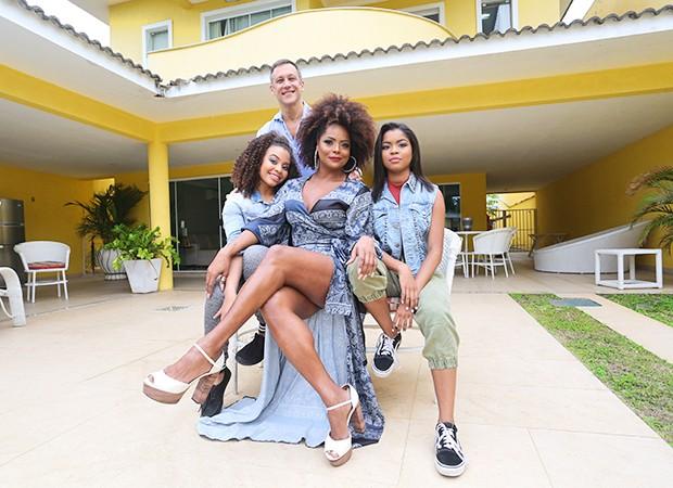 Adriana Bombom com as filhas, Olivia (esquerda) e Thalita (direita), e o noivo, Adrien Cunha (Foto: Reginaldo Teixeira / Ed. Globo)