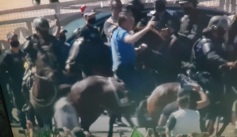 Bolsonaro montou em cavalo de patrulha militar e cavalgou em frente aos seus apoiadores — Foto: TV Globo