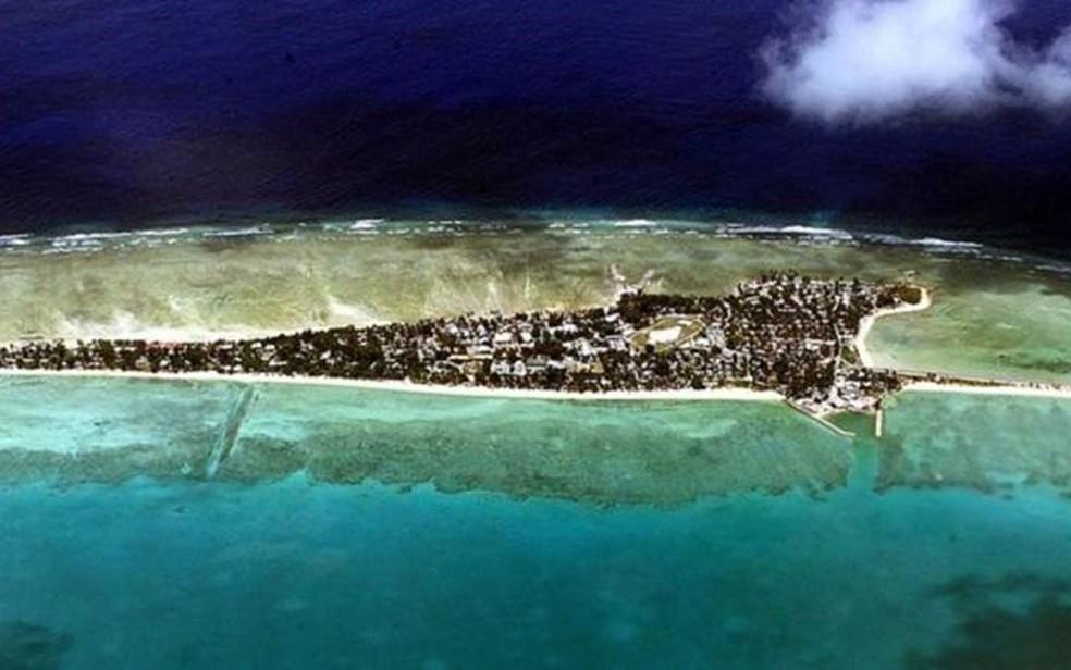 Tarawa, a capital, viu sua população aumentar de 1.600 habitantes em 1947 para mais de 50.000 hoje — Foto: Getty Images/BBC